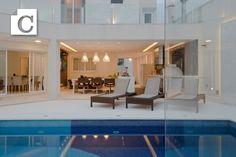 Esse projeto do Studio Carbone criado para uma família que prioriza a convivência, tem uma magnífica varanda gourmet aberta para um pátio onde a piscina em azul mediterrâneo é o ponto principal. A sala de visitas e de jantar, bem como os quartos no andar superior, também se abrem para a piscina. #espaçolazer, #piscina, #espaçogourmet,  #StudioCarbone
