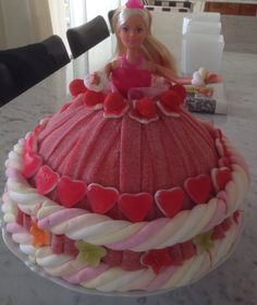 Barbie snoeptaart Sweet Hampers, Barbie Birthday, Birthday Cake, Candy Board, Candy Cakes, Barbie Cake, Chocolate Bouquet, Sweet Cakes, Goodie Basket