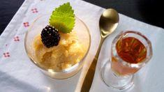 Pokud máte zmrzlinový strojek – udělejte sorbet v něm, jako zmrzlinu – je to nejjednodušší a nejrychlejší. Můžete podávat také s opraženými nasekanými lískovými ořechy.