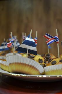 Cupcakes marineros con vela de barco y banderines de lazo