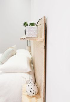 Minimalist design is all about keeping it simple, but that doesn't mean your design can't still be modern and unique! A lot of headboards tend to add a lush vibe to a room (especially if they are fabric-covered or tufted), but I find that for a more i Diy Interior, Interior Design, Headboard With Shelves, Plywood Headboard Diy, Headboard Ideas, Home Furniture, Furniture Design, Plywood Shelves, Diy Bett