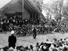 Apirana Ngata leading a haka at the 1940 centennial celebrations at Waitangi. The meeting house, Waitangi House, is on the left. Nz History, History Online, Treaty Of Waitangi, Waitangi Day, Maori People, Peace On Earth, Beautiful Morning, North Africa, Image Shows