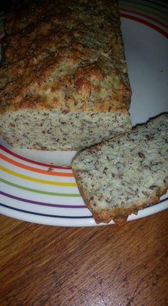 KHA brood  60 gr. gebroken lijnzaad 200 gr. amandelmeel 125 gr. geraspte kaas 2 volle el Griekse yogh 5 ei 7 gram bakpoeder Snufje zout. Alles in grote kom, goed roeren.Bakpapier nat maken, uitknijpen en in cakeblik. Het mengsel 25 min. op 180 gr