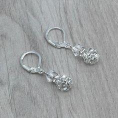 Boucles d'oreilles mariage HOLLY.  Boucles d'oreilles mariage sur dormeuses en argent 925 composé de perles en cristal Swarovski de couleur cristal, de boules incrustées de strass et de rondelles strassées.