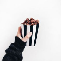 food popcorn and black and white image Cute Food, I Love Food, Good Food, Yummy Food, Tasty, Feed Insta, Yummy Treats, Sweet Treats, Chocolate Popcorn
