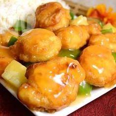 Hähnchen süß-sauer auf chinesische Art - Hähnchen süß-sauer hab ich immer beim Chinesen gegessen - jetzt mach ich es mir selber zu Hause. Dazu einfach Reis servieren. Die Lebensmittelfarbe ist natürlich optional, aber im Restaurant siehts halt immer so knall orange aus.@ de.allrecipes.com