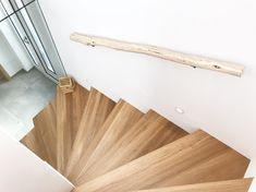 Boomstam trapleuning, natuurlijk hout, lange lengte verkrijgbaar www.decoratietakken.nl