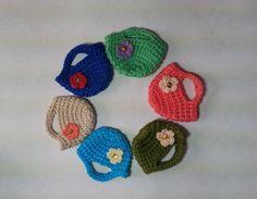Bolsa de crochê em fio 100% algodão, com detalhe de flor bordada com uma lantejoula e uma missanga dourada.
