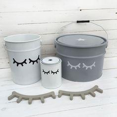 Botes de almacenaje infantil metálicos con ojitos dormilones y pestañas de madera - Minimoi