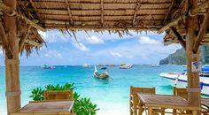 Já pensou em comer com os pés na areia e com essa vista incrível? É só ir pra Ko Phi Phi! #calçathai #kohphiphi #tailândia #comida #natureza #praia #mar #vista