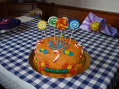 torta con lecca lecca e decorazioni chiccose