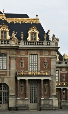 Palais Versailles outside of Paris, France Beautiful Architecture, Beautiful Buildings, Art And Architecture, Architecture Details, Beautiful Places, Ancient Architecture, Chateau Versailles, Palace Of Versailles, Fontainebleau