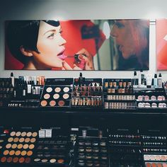 Lundi, nous avons rencontré @makeupforeverofficial dans leur illustre boutique parisienne. Mon petit doigt me dit qu'il se trâme quelque chose...  #cardoparis #makeupforever