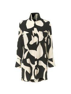 Denne løse tunika i let silke er skåret midt på låret og har et dristigt, abstrakt print inspireret af kunstneren Kris Ruhs. Printet gør tunikaerne unikke. Brug din med stumpede bukser og en vamset strik.