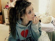 Lovee her hair.