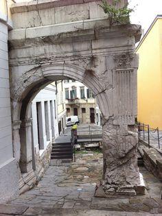 L'arco di Riccardo (romanico) nella zona vecchia della città di Trieste