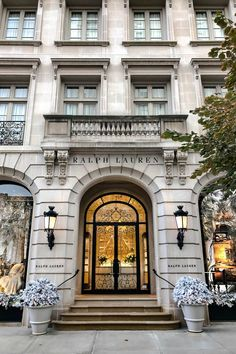 The ultimate New York City Holiday Guide. What to see and do, where to eat and drink, plus what to wear during the most wonderful time of the year. Ralph Lauren New York, Ville New York, Villa, Neoclassical Architecture, Luxury Store, New York Fashion, Design Case, Townhouse, New York City