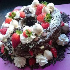 bolo de capuccino com recheio de creme de leite condensado com suspiro, morango e pedaços de chocolate