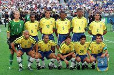 Em pé, da esquerda para à direita: Taffarel, César Sampaio, Rivaldo, Aldair, Júnior Baiano e Cafú. Agachados, da esquerda para à direita: Ronaldo, Roberto Carlos, Leonardo, Bebeto e Dunga. Foto: iG