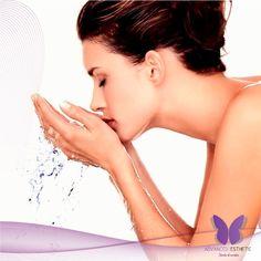 TIP 1: LIMPIEZA DEL ROSTRO. Al final del día, es fundamental limpiar el rostro para quitar los restos de maquillaje, las células viejas, la suciedad, el polvo y las bacterias, la higiene ayuda a que la piel se oxigene, al quitar las obstrucciones que podrían tapar los poros.
