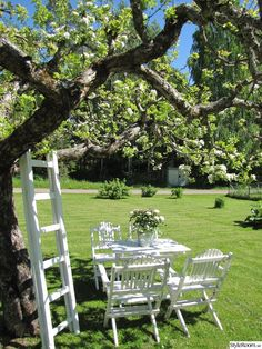 White garden furniture under tree on the lawn Diy Garden, Garden Cottage, Summer Garden, Dream Garden, Garden Landscaping, White Gardens, Outdoor Living, Outdoor Decor, Garden Furniture