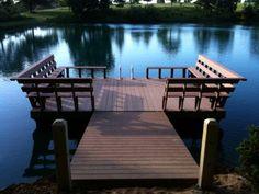 Muelle flotante en el estanque.