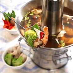 Chinese hotpot (Chinese fondue) - recept - okoko recepten Wok, Chinese Hotpot, Authentic Chinese Recipes, Shabu Shabu, Teppanyaki, Russian Recipes, Hot Pot, Asian Cooking, Edamame