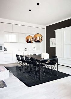 43 Luxurious Black And Gold Dining Room Ideas For Inspiration. Dining room paint colors should be appetizing. Living Room White, White Rooms, Dining Room Inspiration, Interior Inspiration, Bohemian Apartment, Decoracion Vintage Chic, Sweet Home, Cuisines Design, Lounges