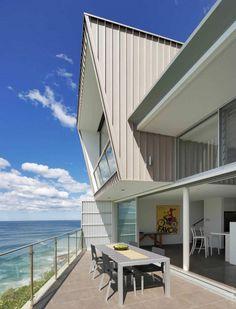 Дом на берегу моря в Сиднее.  Этот красивый дом на берегу моря в Австралии, Сидней был построен в узком месте между городскими домами на краю скалы.  #строительство #дизайн #дом #скала #обрыв #креатив #Сидней #Австралия #природа #красота #особняк #ОООБазисПрофнастил