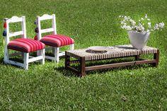 Sillas materas medianas patinadas y tapizadas con Aguayo, banqueta madera y tiento