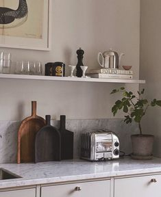 INSPIRATION from the kitchen of Lisa Robertz via The simple kitchen cabinets, marble and shelf styling are… Simple Kitchen Cabinets, Kitchen Shelves, Cheap Kitchen, Kitchen Interior, Kitchen Design, Kitchen Decor, Interior Livingroom, Country Look, Cocinas Kitchen