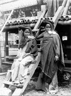 Two Karo Batak women with earrings. Costume Ethnique, Indonesian Women, Filipino Culture, Dutch East Indies, Native Style, African History, Borneo, Vintage Pictures, People Around The World