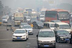 中国・北京(Beijing)で、深刻なスモッグのため閉鎖された高速道路の入り口で起きた渋滞(2014年10月9日撮影)。(c)AFP ▼10Oct2014AFP|中国でPM2.5濃度「500マイクログラム」超え、基準値の20倍 http://www.afpbb.com/articles/-/3028615 #Beijing