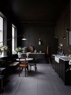 Dark walls: 25 reasons to dare this trend in your interior - # Chec . Dark walls: 25 reasons to dare this trend in your interior - # Chec . Interior Design Kitchen, Interior And Exterior, Kitchen Decor, Interior Ideas, Interior Office, Kitchen Shelves, Exterior Design, Interior Inspiration, Kitchen Cabinets