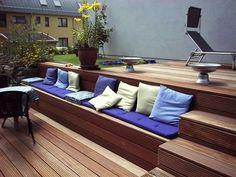 Bankirai-Terrasse mit Treppe und integrierter Sitzbank Bankirai terrace with stairs and integrated bench Terrace Design, Backyard Garden Design, Terrace Garden, Backyard Patio, Backyard Landscaping, Patio Deck Designs, Deck Steps, Wooden Terrace, Built In Bench