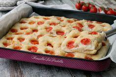 Focaccia senza impasto con pomodorini. Si prepara con una sola ciotola ed un mestolo, molto semplice e gustosa. Ideale per feste, buffet o gite fuori porta