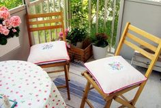 Trendy White Table Cloth On Rounded Breakfast Patio Desk And Wooden Armless Chairs Plus White Cushions As Decorate Furniture Deck In Sustainable Balcony Ideas Fresco, Covered Back Patio, Coffee Nook, Balkon Design, Bedroom Murals, Outdoor Spaces, Outdoor Decor, White Cushions, Cool Apartments