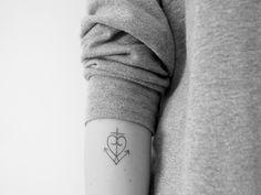 For kort tid siden tog jeg beslutningen om at få lavet en tatovering. Som den flittige læser måske vil huske, har jeg været meget begejstret for et symbol med tro, håb og kærlighed i ét, så det fik jeg lavet i en fin, tynd tegning øverst på min underarm. Jeg fik den sidste lørdag, og eft....