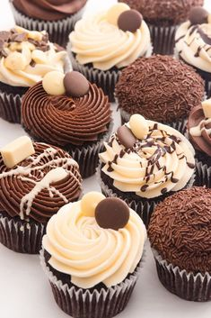 All Time Easy Cake : Cupcake selection box: Double chocolate buttons, Mini Cakes, Cupcake Cakes, Cupcake Recipes, Dessert Recipes, Frosting Recipes, Delicious Desserts, Yummy Food, Chocolate Buttons, Gluten Free Chocolate
