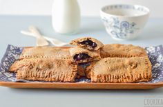 Cereal Bars filled with Blueberry Preserve. Cereal Bars, Preserves, Food Inspiration, Blueberry, Sandwiches, Snacks, Recipes, Berry, Appetizers