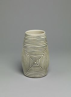 black and white - vase - sqaures - ceramic - Shio Kusaka Ceramic Clay, Ceramic Vase, Ceramic Pottery, Pottery Art, Keramik Design, Sculptures Céramiques, Pottery Designs, Japanese Pottery, Contemporary Ceramics