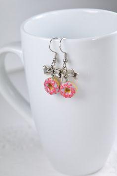 Boucles d'oreilles donuts, petits beignes en polymère Fimo, boucles pendantes avec boucle en métal, donuts Fimo gris et rose, beigne en Fimo