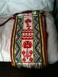telar  MAPUCHE. Argentina/Chile Inkle Weaving, Inkle Loom, Card Weaving, Tablet Weaving, Weaving Art, Weaving Textiles, Weaving Patterns, Border Pattern, Leather Blazer