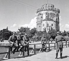 Από την ομάδα 'Παλιές φωτογραφίες της Θεσσαλονίκης' στο Facebook - 150 χρόνια φωτογραφιών του Λευκού Πύργου σε 2 λεπτά Greece History, Greek Culture, Thessaloniki, Street View, Europe, Black And White, Ghosts, City, Building