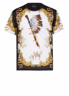 Versace presenta le T-shirt della collezione Versace Tribute in edizione limitata.