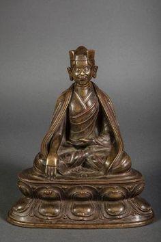 """Portrait de Karmapa Lama """"Dus Gsum Khyen Pa"""" (1110 à 1193) assis en bumishparsha mudra sur un socle lotiforme à doubles rangées de pétales vêtu de sa robe monastique et coiffé du bonnet des maitres Lama. Bronze à incrustation d'argent. Chine. Tibet. Dynastie Yuan. 14 ème siècle. Ht 26cm x 23cm."""