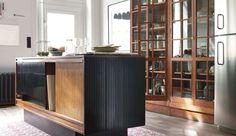 Dans la cuisine, le sol relève la déco. Imitation carreaux de ciment ou parquet, en vinyle, en grès cérame ou en bois, le revêtement de sol se réinvente pour relooker la cuisine. Tour à tour moderne, vintage, campagne ou indus, le revêtement de sol ose tous les styles dans la cuisine. Découvrez les 19 modèles sélectionnés par Côté Maison pour booster la déco de la cuisine. >> A lire aussi >> Quel sol déco pour ma cuisine ?