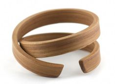 some breathtakingly beautiful wooden rings, bracelets and brooches from gustav reyes . Ceramic Jewelry, Wooden Jewelry, Jewelry Art, Handmade Jewelry, Jewelry Design, Wood Bracelet, Wood Rings, Deco Design, Creations
