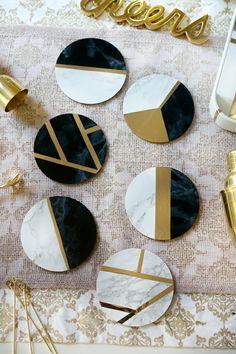 bricolage fête des mères, tapis à tasse diy collé avec papier marbré doré et noir