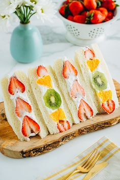 Brighten your day with Japanese Fruit Sandwich called Fruit Sando! Juicy seasonal fresh fruits are embedded in chilled whipped cream between two slices of pillowy Japanese milk bread. Japanese Sandwich, Japanese Milk Bread, Japanese Food, Cute Food, Yummy Food, Tea Party Sandwiches, Kiwi, Easy Japanese Recipes, Fruit Parfait